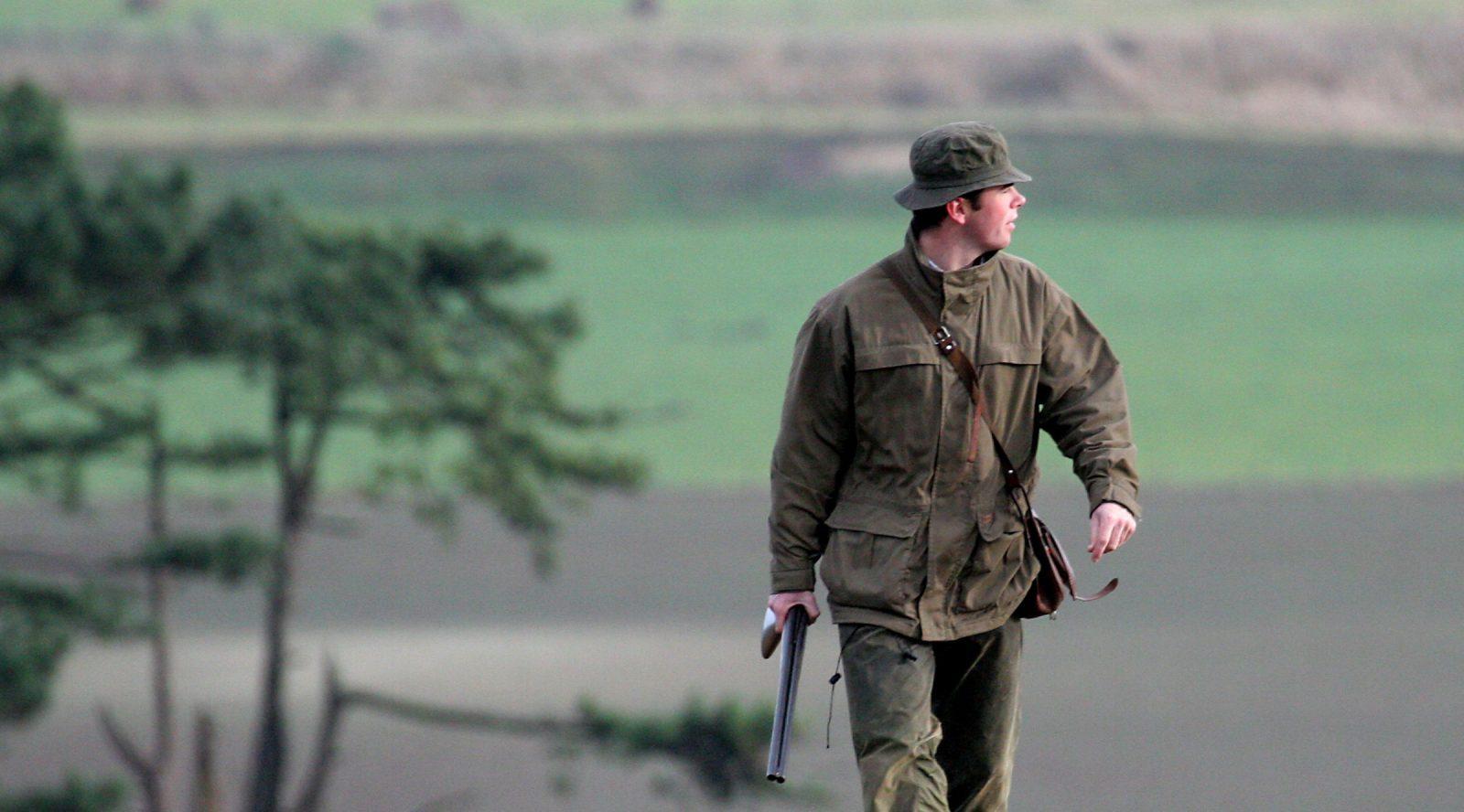 chasseur marche dans la campagne ruralité