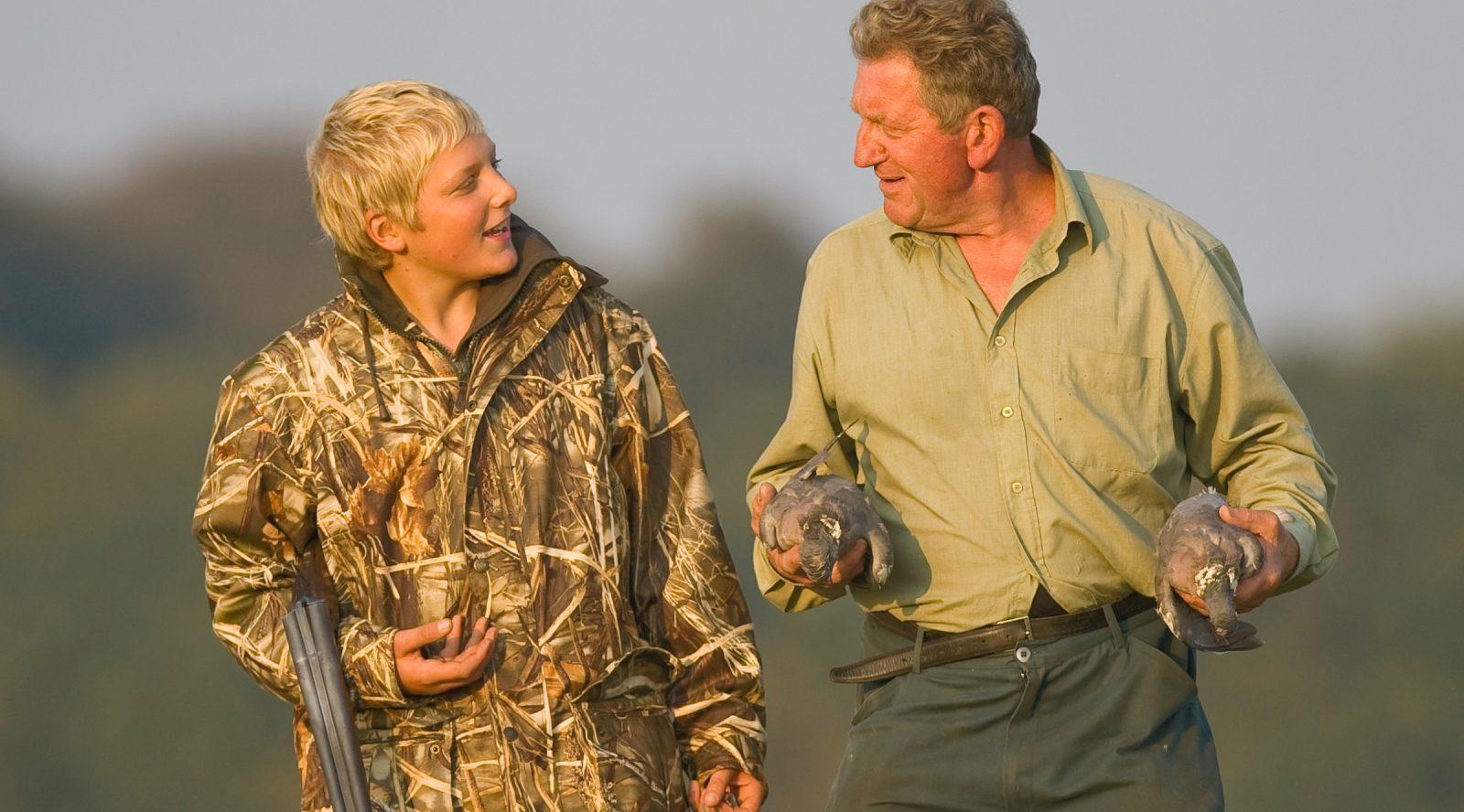Un chasseur et jeune en chasse accompagnée