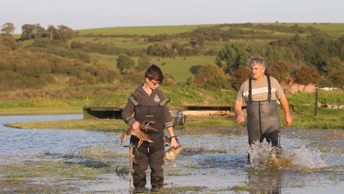 Des chasseurs posent des appelants de canards