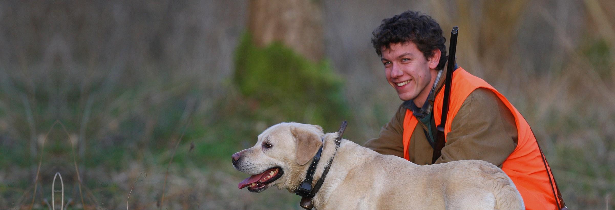 Complicité entre un chasseur et son chien de chasse labrador