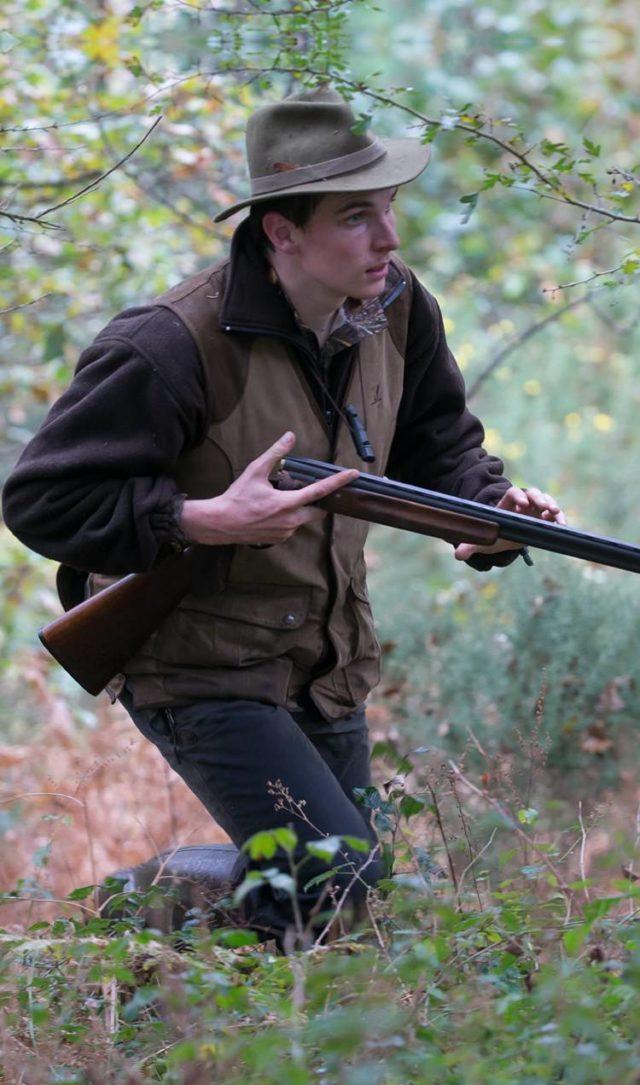 Un chasseur en action avec son arme