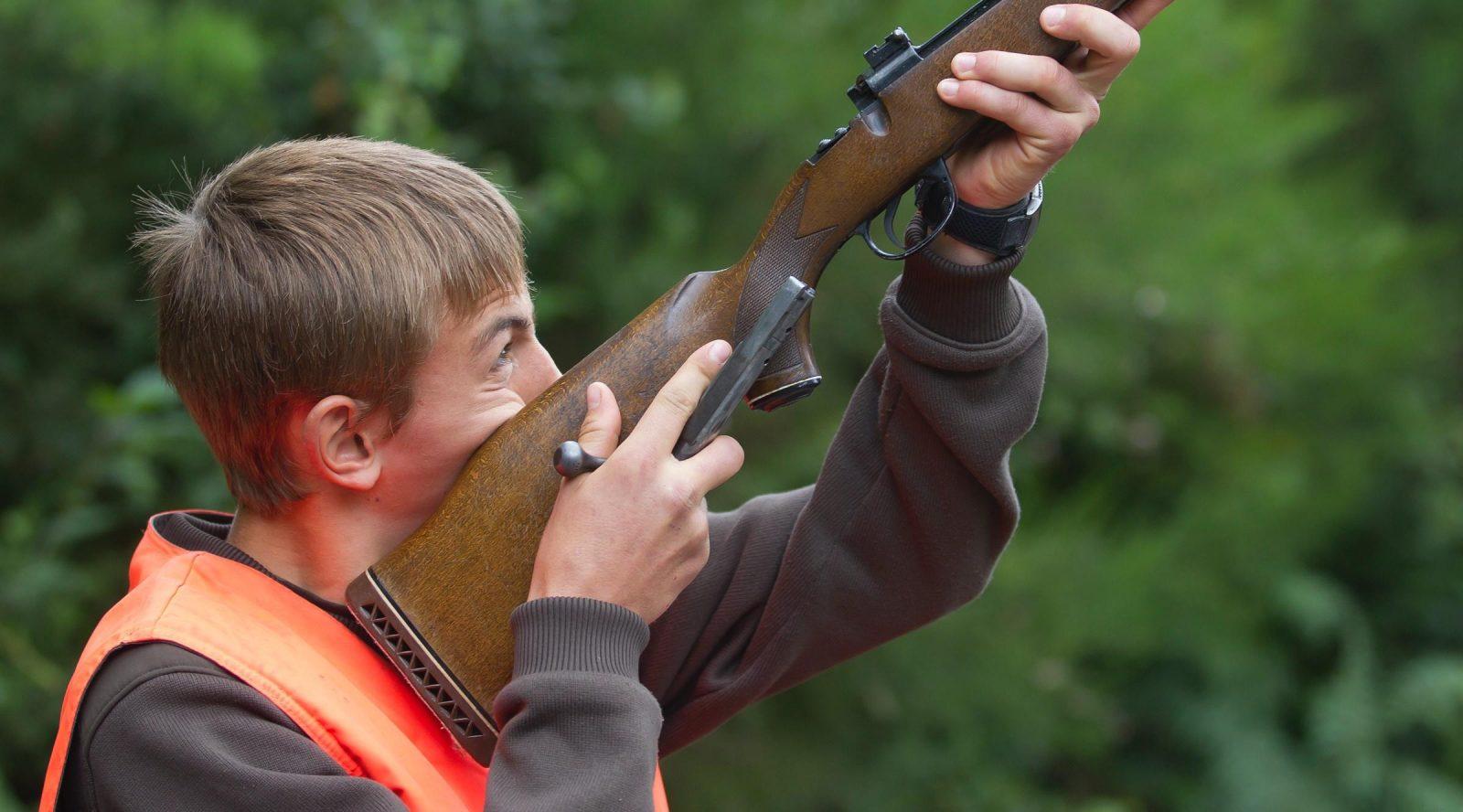 un chasseur vise dans son arme