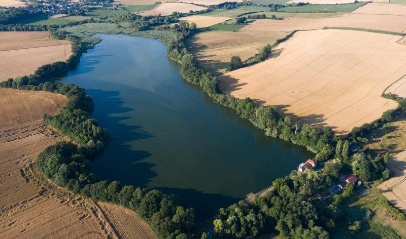 Etang et champs paysage rural chasse