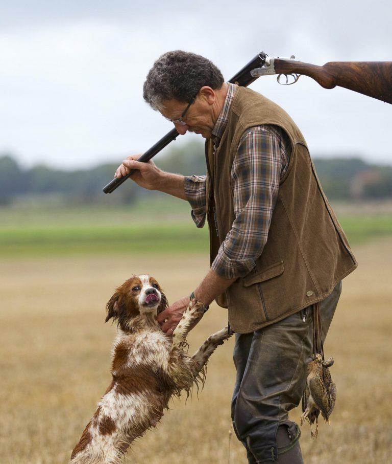 chasseur félicite son chien de chasse