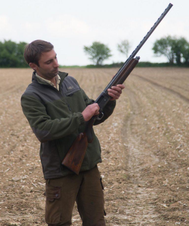 chasseur contrôle son arme semie-automatique