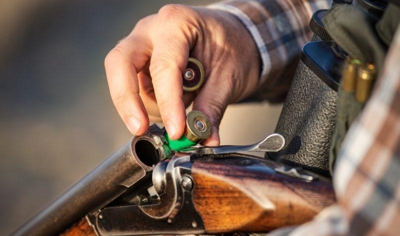 Chasseur chargeant un fusil