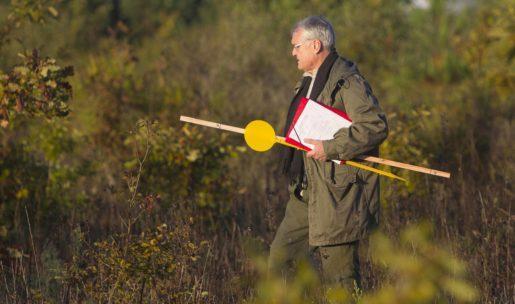 Un chasseur pose de panneaux en forêt