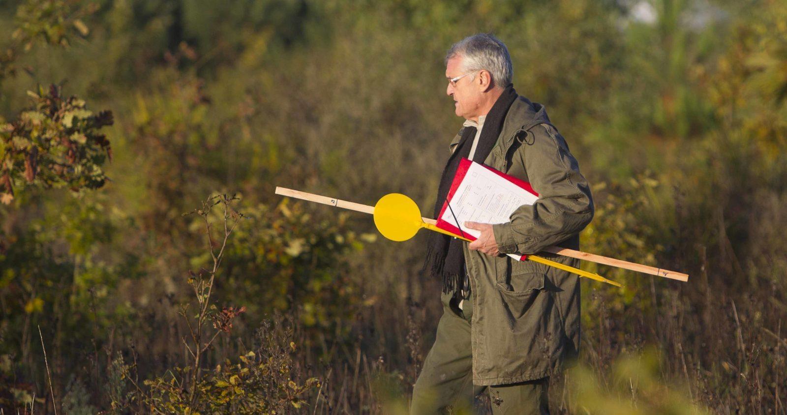 Un chasseur pose des panneaux de signalisation