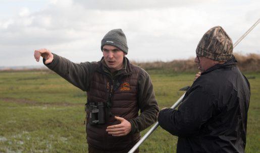 Des chasseurs techniciens dans un champs