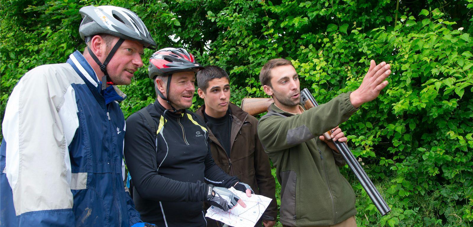 vélos promeneurs et chasseurs en foret