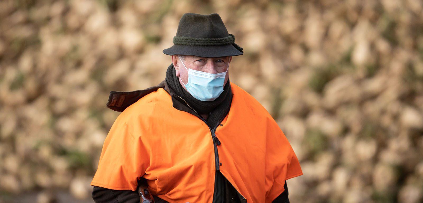 Chasseur portant un masque