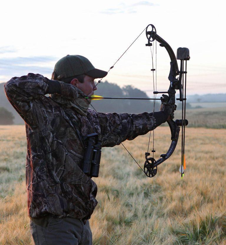 arc de chasse à poulies chasseur campagne